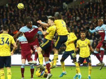 """Nu s-au gandit la asta cand au facut planul de meci! Arsenal a bagat un """"spectator"""" in teren dupa 25 de minute de HAOS la derby-ul cu West Ham! Ce s-a intamplat"""