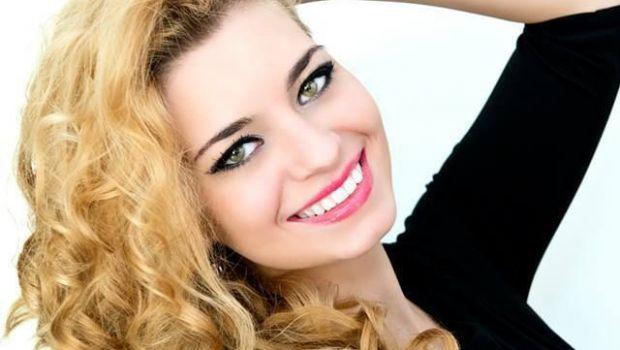 FOTO   Cu ce ocupa in viata reala cea mai sexy finalista a Vocei Romaniei! Nu are studii muzicale, dar a terminat una dintre cele mai grele facultati din Romania
