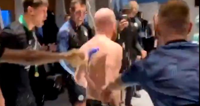 SCENE fabuloase in vesitarul lui Manchester City dupa ce au castigat Cupa Ligii Angliei! Un om din staff-ul lui Guardiola s-a dezbracat si s-a aruncat in apa :) VIDEO