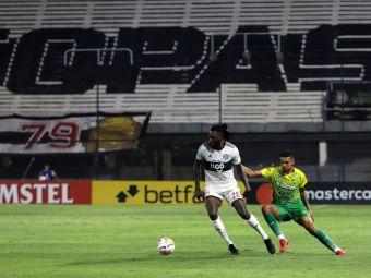 A uitat ca joaca fotbal! Intrarea CRIMINALA a lui Adebayor in ultimul meci din Copa Libertatores! Si-a facut adversarul K.O