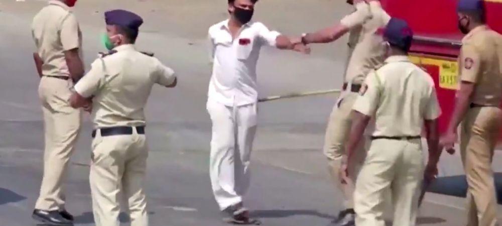 Imaginile care fac inconjurul lumii! Politia i-a oprit in mijlocul strazii si i-a luat la bataie! Ce au patit acesti barbati pentru ca n-au respectat interdictia de circulatie cauzata de coronavirus