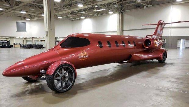 Asta e limuzina suprema: costa 5 milioane de dolari, are fuselaj de avion si motor V8 de camion