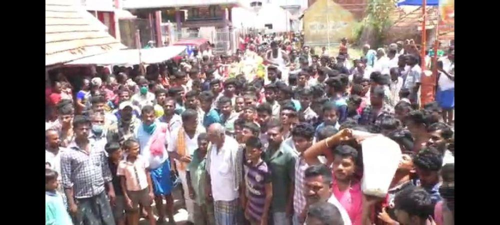 INCONSTIENTA TOTALA! 200 de oameni au participat la inmormantarea unui taur in India, in plina pandemie de coronavirus. Ce a urmat e ireal