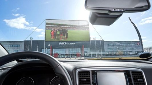 Solutie GENIALA a unei echipe de fotbal in plina pandemie! Primul stadion DRIVE-IN creat special pentru fani