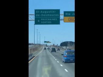 Imagini INCREDIBILE surprinse pe o autostrada! Un avion mic a aterizat de urgenta printre masini. VIDEO