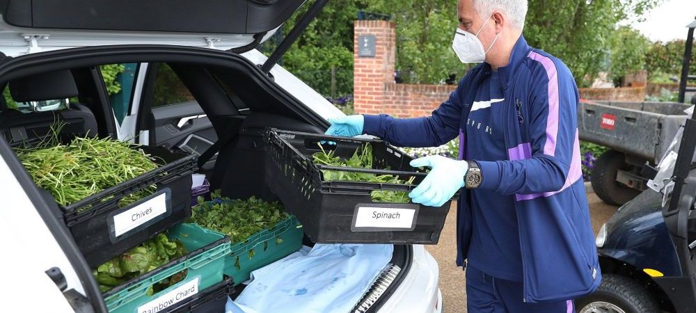 GEST SUPERB al lui Mourinho in lupta cu COVID-19! Antrenorul lui Tottenham ditribuie ladite cu legume pentru persoanele izolate