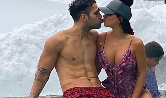 Daniella Semaan, sotia lui Cesc Fabregas, exercitiu sexy in dormitor. S-a folosit doar de sifonier!