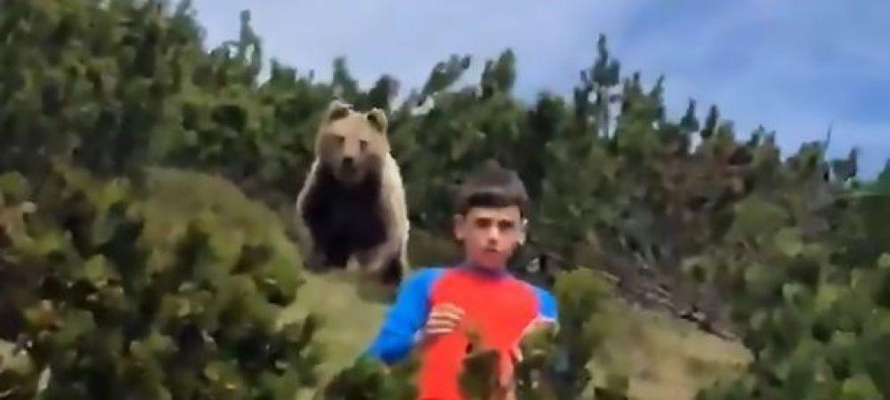 Un baiat de doar 12 ani este urmarit de un urs URIAS intr-o padure din Italia! VIDEOCLIPUL care face inconjurul lumii! Ce s-a intamplat