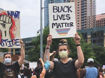 "EXCLUSIV WWW.SPORT.RO! ""Politia a dat cu gaze in noi!"" O baschetbalista de la Brasov, implicata in protestele MASIVE din SUA! Dezastru pe strazi"
