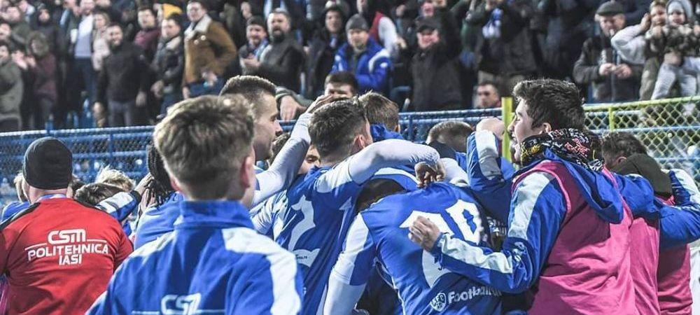 GENIAL! Au venit mascatii la Iasi! :) Poza de grup a echipei lui Mircea Rednic a devenit VIRALA. Au pus masca si pe minge