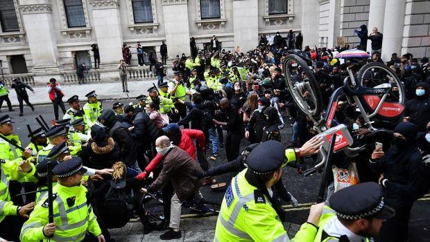 Londra si Marea Britanie se pregatesc de razboi! Huliganii din fotbal vor sa ii pedepseasca pe activistii Black Lives Matter
