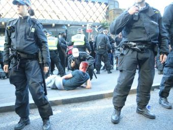 Scene SANGEROASE in protestele de la Londra! Politia face fata cu greu! Continua luptele intre huligani si protestatari