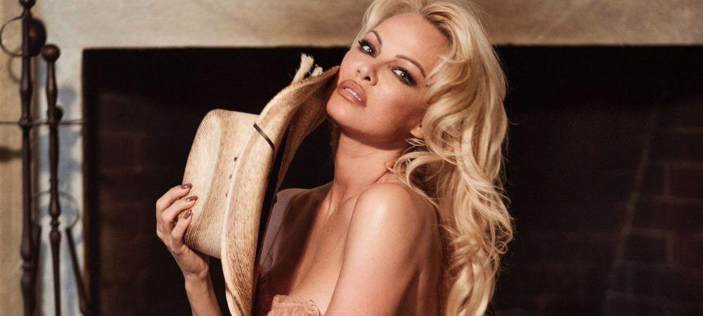 La 52 de ani arata mai bine decat ti-ai putea IMAGINA! Pamela Anderson se DEZBRACA din nou: FOTO cu celebra actrita