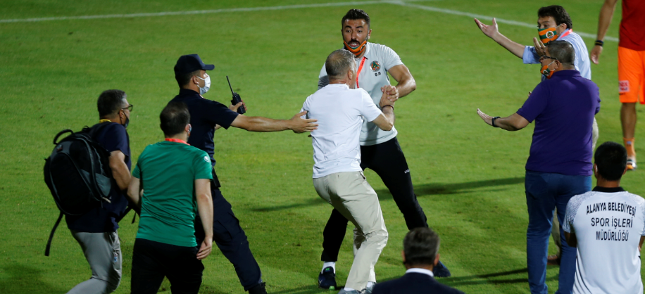 Momente INCREDIBILE in Turcia! Presedintele lui Trabzonspor a intrat pe teren si a vrut sa-i LOVEASCA pe antrenorii echipei adverse | FOTO