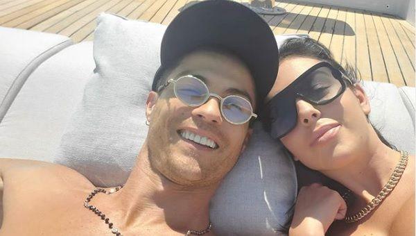 Cristiano Ronaldo si-a scos iubita la o plimbare cu iahtul de MILIOANE. Georgina i-a raspuns cu un mesaj de amor SUCULENT
