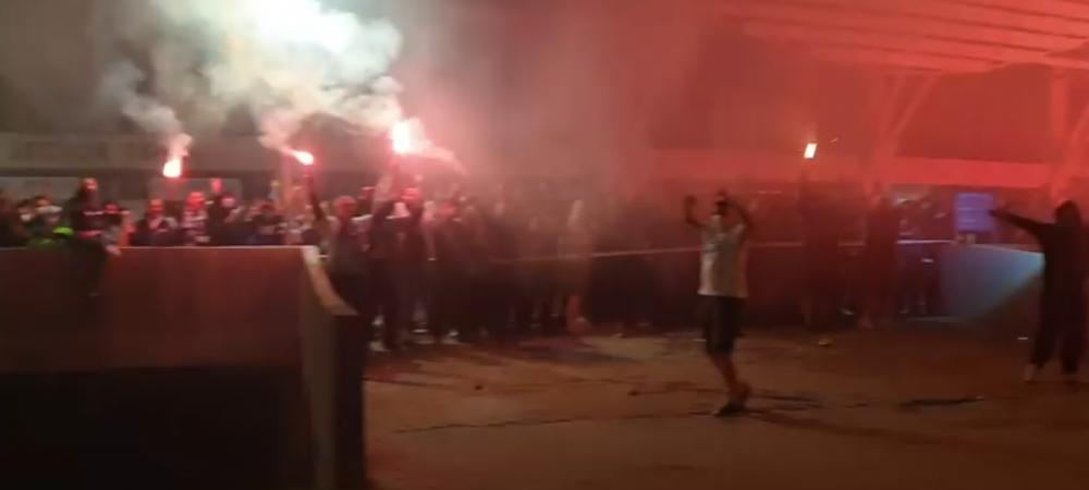 SCENE INCREDIBILE la Craiova in miezul noptii! Jucatorii au fost asteptati de SUTE de ultrasi in fata stadionului! Ce a urmat