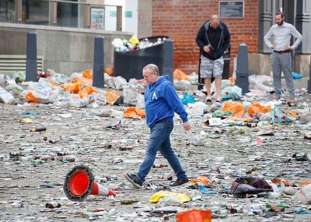 DEZASTRU pe strazile din Leeds dupa ce echipa a promovat in Premier League dupa 16 ani! Fanii au lasat MUNTI de gunoaie in urma lor!
