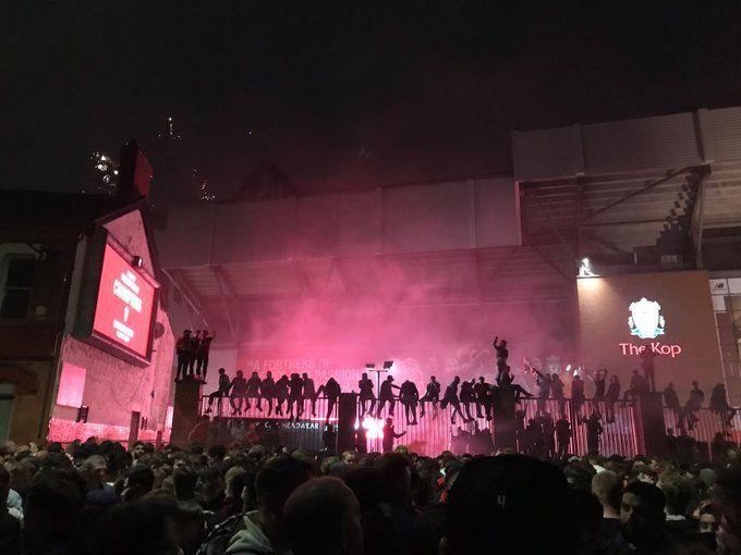 NEBUNIE pe strazile din Liverpool! Fanii au inceput sa dea cu artificii in timpul meciului de titlu! Ce se intampla acum pe strazi
