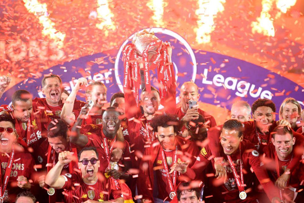 Imagini FANTASTICE de pe Anfield! Singuri pe teren, mii de oameni in afara lui! Jucatorii lui Liverpool au sarbatorit titlul cu SHOW TOTAL la stadion