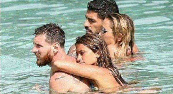 Atacul Barcelonei s-a mutat la Ibiza! Leo Messi si Luis Suarez isi fac vacanta impreuna. Sotiile Antonella si Sofia sunt nelipsite!