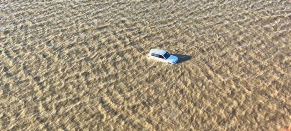 O familie cu doi copii s-a trezit cu masina in LARGUL oceanului! Cum au ajuns in INCREDIBILA situatie: un elicopter a fost trimis la fata locului | FOTO
