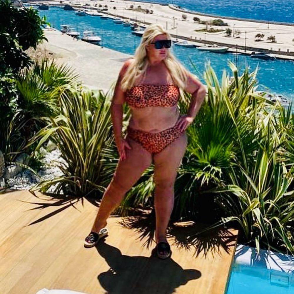 Atentie, LEOPARDUL! Vedeta care a slabit 20 de kilograme si s-a DESCATUSAT pe plaja din Mykonos.