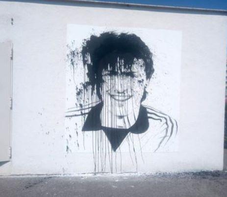 """Razboi in BANIE! Peluza Nord Craiova, mesaj dur dupa ce portretul lui Sorin Cartu din centrul orasului a fost VANDALIZAT: """"Un gest gretos al celei mai corupte peluze"""""""