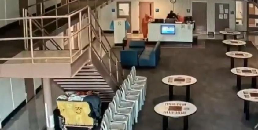Totul a fost filmat! Gardianul care ii pazea a facut atac de cord sub ochii lor! Reactia incredibila a detinutilor cand au vazut ce se intampla