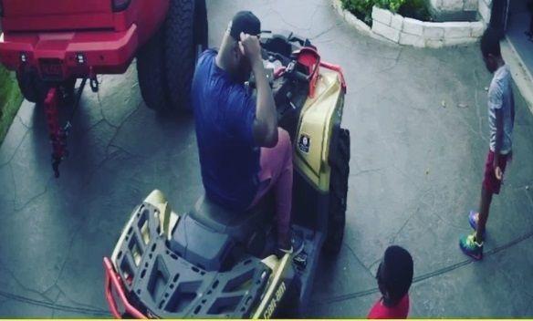 Accident mai STUPID nu exista. Un super-sportiv s-a urcat pe ATV impreuna cu fiul sau, in fata casei. A urmat DEZASTRUL!