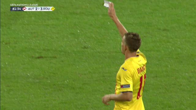 CAZUL BILETELUL la nationala! :)) Bancu, disperat sa-i dea notitele lui Radoi lui Dragos Grigore dupa golul 2 al Austriei :)