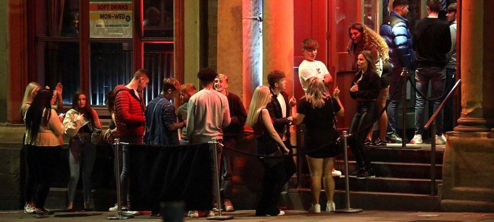 Au revenit la cursuri si AU SFIDAT cu totul pandemia! Imagini INCREDIBILE dintr-un oras din Marea Britanie!