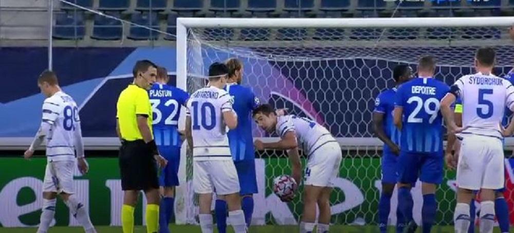 In Champions League, ca-n curtea scolii! :)) Cum au decis doi fotbalisti de la Dinamo Kiev cine executa o lovitura libera in meciul cu Gent