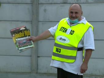 GENIAL! Stewardul DISPERAT dupa Steaua! A adus programe si poze pentru a le arata jucatorilor de la FCSB inaintea meciului cu Liberec