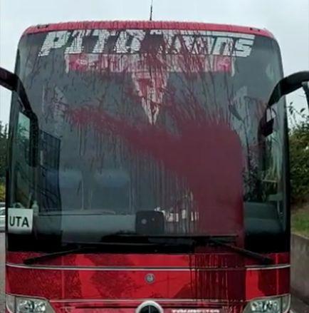 VIDEO   Autocarul echipei UTA Arad, VANDALIZAT de suporterii Rapidului! Totul s-a petrecut dupa victoria aradenilor cu Dinamo: Politia a fost sesizata