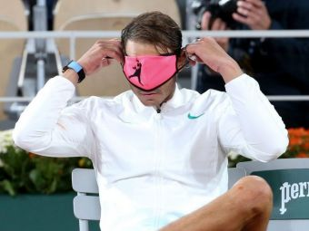Poate sa castige 20 de Grand Slam-uri, dar are probleme in a-si pune masca de protectie pe fata :) Cum a fost surprins Rafael Nadal de fotografi la Roland Garros