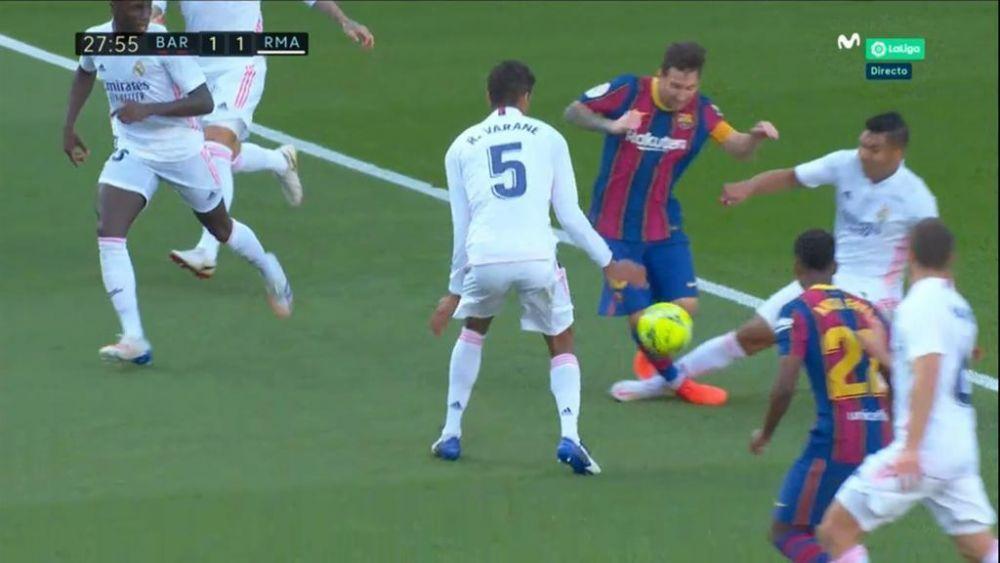 TOATA PLANETA Barcelona a sarit in aer si a cerut penalty dupa atacul lui Casemiro la Messi! VAR a spus ca nu e NIMIC. Ce s-a intamplat