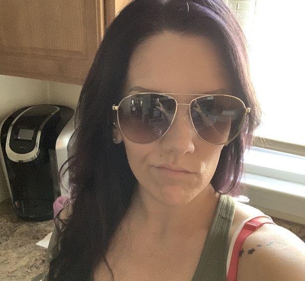A trecut prin spaima vietii ei! O femeie care si-a facut un selfie purtand ochelarii de soare s-a ingrozit cand s-a uitat la poza! Ce a vazut