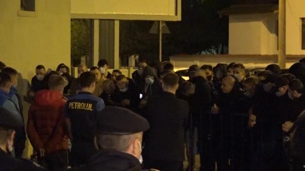 BREAKING NEWS | Ultrasii Petrolului s-au dus peste jucatori dupa infrangerea cu Craiova! Momente dure in fata stadionului. Ce s-a intamplat