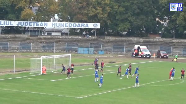 Faza care va face inconjurul LUMII! Meci SF in Romania: portarul a marcat DIN ACTIUNE in ultima secunda a meciului! Toata faza e fara egal