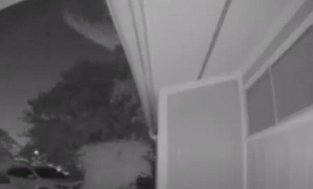 Ce-a fost asta?! Un barbat a inlemnit cand s-a uitat pe inregistrarile video ale casei: un OZN urias ar fi trecut peste cartierul sau | VIDEO