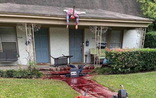 FOTO   Si-a decorat casa de Halloween si s-a trezit cu politia la usa! Vecinii au sunat disperati cand au vazut cum arata curtea omului