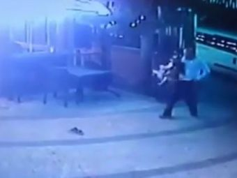 Plimbare cu peripetii! :) Un barbat a ramas fara pantaloni in timp ce isi plimba catelul prin oras! Cum a ajuns in acea ipostaza inedita
