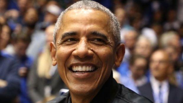 """WHOA! Fostul presedinte Barack Obama a pus mana pe o minge de baschet si i-a lasat pe toti MASCA. Si """"colegul"""" Joe Biden a privit uluit"""