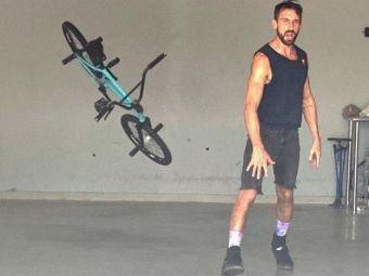 Asa ceva sigur nu ai mai vazut! Un ciclist profesionist iti explica cum te poti distra cu bicicleta in interiorul casei