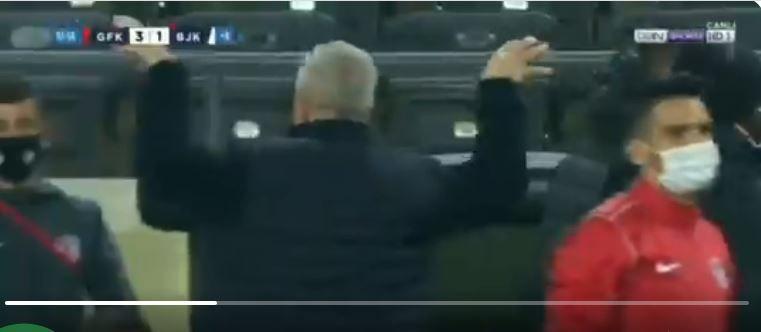 """""""Cel mai bun meci al meu din Turcia!"""" Reactia lui Sumudica dupa ce a invins Besiktas! Catre cine a facut semnele controversate de la final: """"M-a sicanat in mai multe randuri&quot"""