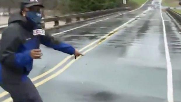 VIDEO S-a rupt podul sub ea! Secundele care i-au salvat viata unei jurnaliste