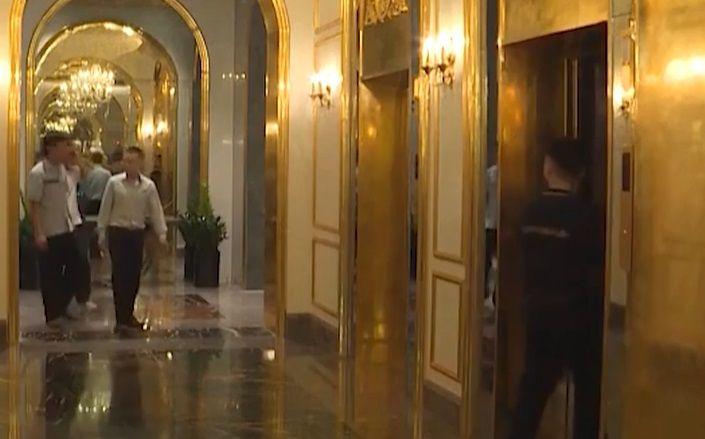 VIDEO   S-a deschis cel mai luxos hotel din lume. AURUL e peste tot! Chiar si toaletele sunt GALBENE