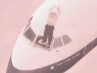 Un pilot de avion a iesit prin parbriz in timpul zborului, la 5.000 de metri inaltime! E un MIRACOL cum a supravietuit