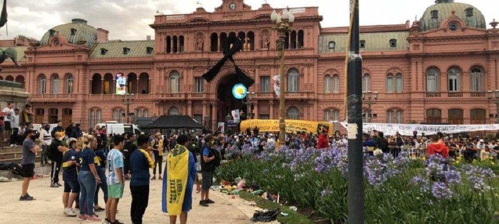 Primele imagini cu sicriul lui Maradona! HAOS pe strazile din Argentina! Fanii au luat cu asalt Casa Rosada pentru a-i aduce un ultim omagiu