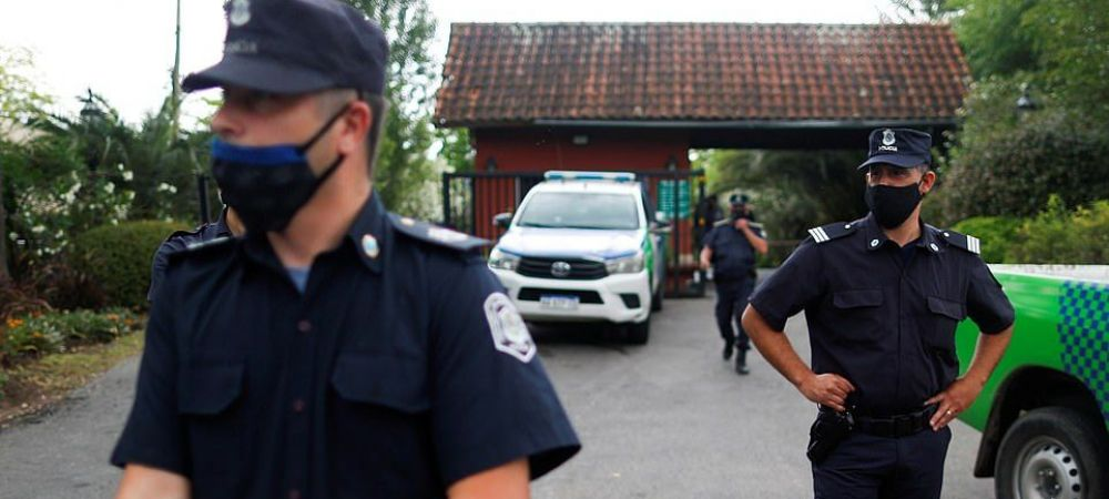 Politia va pazi cel putin 6 luni mormantul lui Maradona, dupa ce familia fotbalistului a refuzat sa toarne beton peste sicriu!
